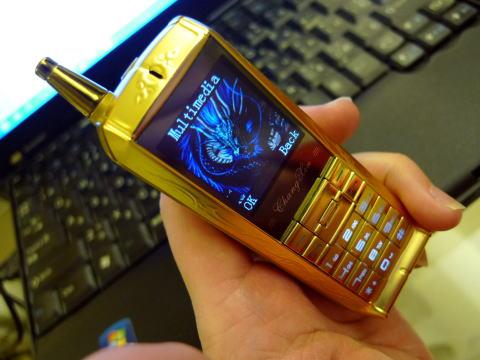 辰年記念に黄金のドラゴン携帯を買う